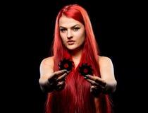 美丽的女孩画象有圆锯条的 Bretty赤裸妇女,长的红色头发,裸体,锯刀,黑暗的背景 免版税库存照片