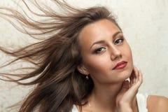 美丽的女孩画象有干净的面孔和飞行头发的 免版税库存图片