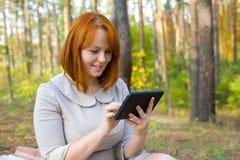 美丽的女孩画象有智能手机的 库存图片