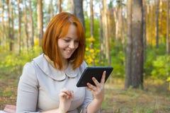 美丽的女孩画象有智能手机的 免版税库存图片