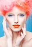 美丽的女孩画象有桃红色头发的 免版税图库摄影