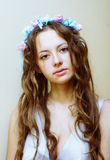 美丽的女孩画象有流动的头发的和花在头缠绕 免版税库存图片
