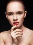 美丽的女孩画象有清楚的健康皮肤的 免版税库存照片