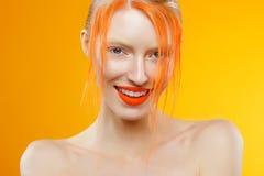 美丽的女孩画象有红色头发和五颜六色的构成的 免版税库存图片