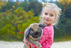 美丽的女孩画象用兔子 图库摄影