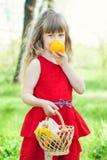 美丽的女孩画象用桔子 免版税库存照片