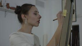 美丽的女孩画画象 影视素材