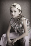 美丽的女孩画象T恤杉和长裤的在被倒置的盖帽屋子予先 库存图片