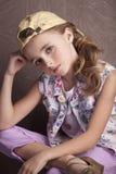 美丽的女孩画象T恤杉和长裤的在被倒置的盖帽屋子予先 免版税库存图片