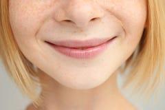 美丽的女孩` s嘴唇特写镜头  免版税库存图片
