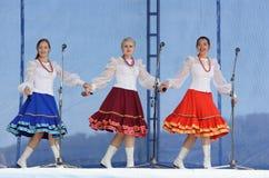 美丽的女孩o歌曲和舞蹈合奏的表现  免版税图库摄影