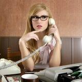 美丽的女实业家减速火箭的秘书葡萄&# 免版税库存照片