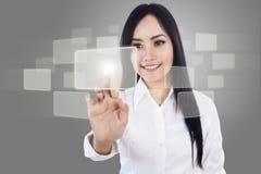 美丽的女实业家和触摸屏 免版税库存图片