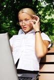 美丽的女实业家她的膝上型计算机工&# 免版税库存图片