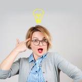 美丽的女实业家有一个想法 装箱的 与电灯泡的想法概念 库存照片