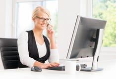 美丽的女实业家繁忙在办公室 库存图片