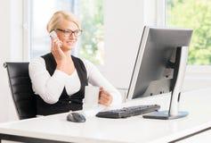 美丽的女实业家繁忙在办公室 库存照片