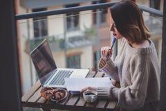 美丽的女实业家膝上型计算机运作的&# 免版税图库摄影