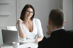 美丽的女实业家谈话与一个男性求职者 库存照片