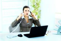 女实业家谈话在电话在办公室 免版税图库摄影