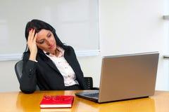 从工作疲倦的美丽的女实业家 免版税库存图片