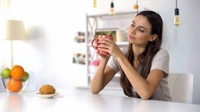 美丽的女性享用的早晨咖啡,天,放松好的初期  免版税库存照片