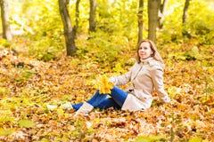 美丽的女性在秋天公园 免版税库存照片