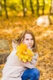 美丽的女性在秋天公园 免版税图库摄影