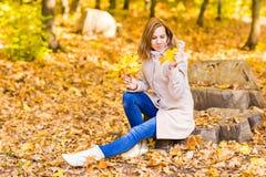 美丽的女性在秋天公园 免版税库存图片