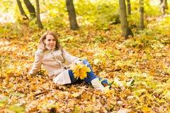 美丽的女性在秋天公园 库存照片