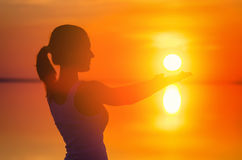 美丽的女性式样享用的日落和接触太阳在海边 盐湖埃尔顿镇静水反射妇女` s剪影 女孩我 图库摄影