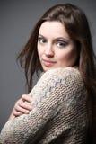 美丽的女性式样佩带的毛线衣 免版税库存图片