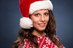 美丽的女性式样穿戴圣诞老人帽子画象  免版税库存图片