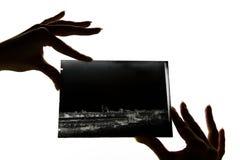 美丽的女性手指拿着一块玻璃消极 免版税库存图片