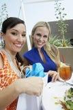 美丽的女性朋友在室外餐馆 免版税库存图片
