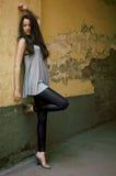 美丽的女性模型最近的常设墙壁年轻人 库存图片