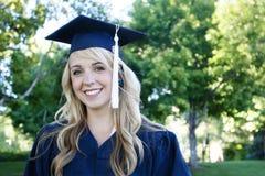 美丽的女性毕业生纵向 图库摄影