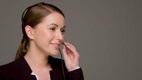 美丽的女性电话中心操作员 股票视频