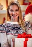 美丽的女性画象有圣诞节礼物的 库存图片