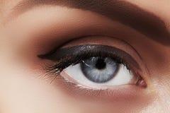 美丽的女性眼睛特写镜头宏指令与完善的形状眼眉的 清洗皮肤,时尚naturel构成 好视觉 免版税图库摄影