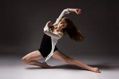 美丽的女性舞蹈家 免版税库存照片