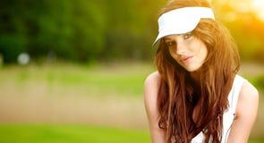 美丽的女性高尔夫球运动员 免版税库存图片