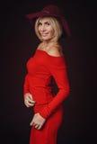 美丽的女性画象看照相机的红色衣物的 免版税库存照片