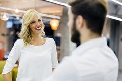 美丽的女推销员谈话与顾客 库存图片