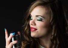 美丽的女歌手 库存照片