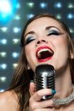 美丽的女歌手 库存图片