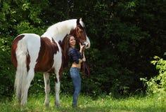美丽的女牛仔无鞍乘驾她的马在森林 免版税库存照片