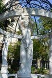 美丽的女神雕象在庭院里 免版税库存照片