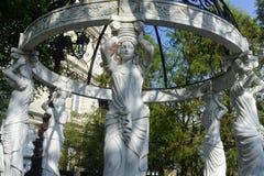 美丽的女神雕象在庭院里 免版税图库摄影