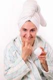 美丽的奶油色表面女孩她的鼻子磨擦 免版税图库摄影